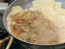 Hotové ratatouille rozprostřete na polovinu omelety