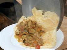 Omeletu s ratatouille na talíř sesuňte tak, abyste ji přes zeleninu mohli přehnout