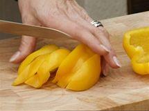 Papriku pokrájejte na proužky a ještě napříč