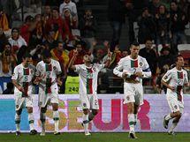PORTUGALSKÁ RADOST Portugalci v čele s kapitánem Cristianem Ronaldem slaví jedeen ze čtyř gólů v přípravném utkání proti Španělsku.