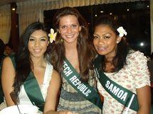 Česká Miss Vitalita 2010 Carmen Justová se svými soupeřkami na mezinárodní soutěži Miss Earth 2010
