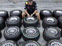 Mechanik stáje Red Bull připravuje pneumatiky před tréninkem v Abú Zabí.