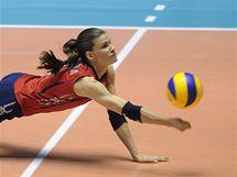 Americká volejbalistka Stacy Sykoraová vybírá těžký míč.