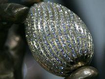 Šperk ve tvaru vejce je vyroben ze 14karátového zlata, jež zdobí 1000 diamantů s celkovou váhou 100 karátů. Cena diamatů přesahuje 4 miliony korun. Šperk je součástí sochy Salvadora Dalího.