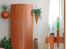Další atypický kus nábytku, jehož pevnou součástí jsou police na sošku a nádoby na květináče. Místo pro květinu je také pevnou součástí parapetu.