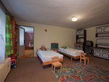 Dětskýbyl zařízený starým nábytkem, nízké stropy vytvářely stísněný dojem
