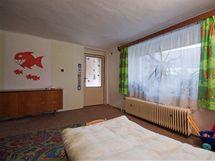 Staré podlahy zakrýval starý koberec ve velmi špatném stavu