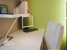 Deska pod oknem nahradila dva pracovní stolky