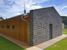 Kompaktní severní fasáda s minimem oken přispívá k minimálním únikům tepla