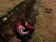 Josef Hložek ze Západočeské univerzity v Plzni ve výkopu v areálu kláštera Teplá, kde archeologové objevili zbytky zdiva dávno v minulosti vyhořelého domu.