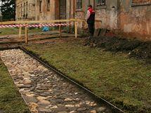 Odkrytá zemina v areálu kláštera Teplá odhalila staré kamenné dláždění .