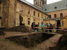 Výkop v areálu Rajského dvora, kam je v normálním režimu kláštera Teplá veřejnosti vstup zakázán