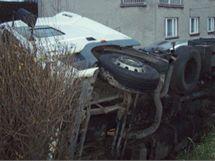 Kamion s přísadou do betonu, který se převrátil v třinecké části Lyžbice. V pozadí je na domě vidět poškození způsobené poraženým sloupem.