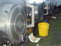 Z kamionu převráceného v třinecké části Lyžbice vytékala naložená přísada do betonu, hasiči ji proto zachytávali a přelévali do plastových sudů.
