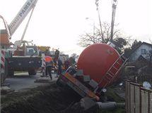 Vyprošťování kamionu s cisternou vážící 22 tun, který se převrátil na silnici z Třince do Frýdku-Místku.