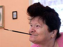 Věra Bárová je od dětství postižená kvadruparézou, takže neovládá ruce ani nohy, nemůže sedět a je zcela odkázána na pomoc druhých. Maluje proto ústy.