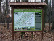 Informační tabule na nové běžecké trase v Chřibech.