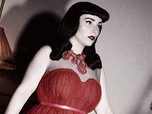 Baletní šaty z mnoha vrstev červeného tylu.