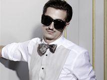 Smokingová košile s náprsenkou, 1 299 Kč; kalhoty se saténovým pásem, 1 299 Kč; sluneční brýle, 599 Kč; masivní motýlek s potiskem, 899 Kč; boty v kovově černém odstínu, 1 999 Kč