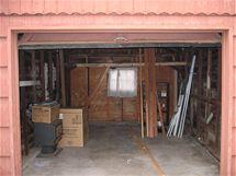 Pohled na nezařízenou podobu garáže. Vlevo jsou kamna, která zde zanechal původní majitel