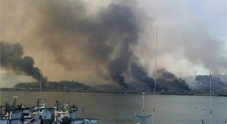 Sloupce dýmu stoupají po severokorejském ostřelování z ostrova Jeonpjeong (23. listopadu 2010)