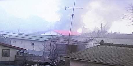 Hořící domy na ostrově Jeonpjeong po severokorejském ostřelování (23. listopadu 2010)