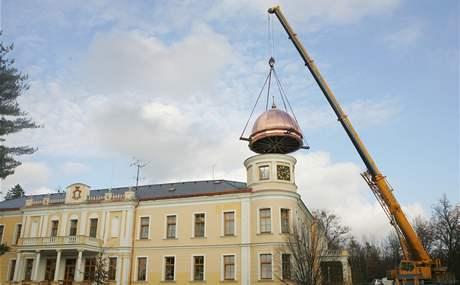 Nová kopule zámku v Chotělicích
