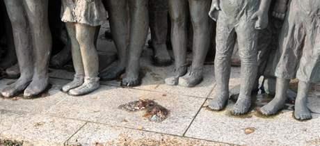 Z památníků v Lidiích někdo odřízl sošku děvčátka
