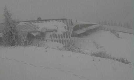 Záběr z kamery na Velkém Javoru, kde dnes ráno leželo 27 cm přírodního sněhu