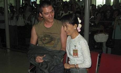 Barmská opoziční politička Su Ťij se po deseti letech setkala se synem (23. listopad 2010)