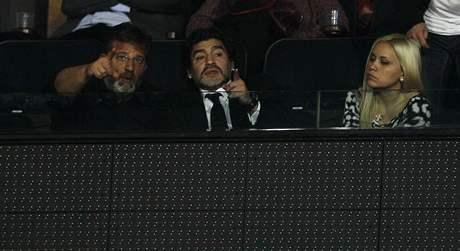 Diego Maradona (uprostřed) sleduje vystoupení Rogera Federera v úvodním utkání na Turnaji mistrů v Londýně
