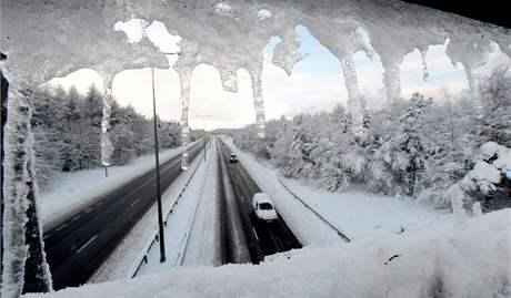 Sníh a mráz svírá už několik dní Velkou Británii. Na snímku dálnice A1 v New Castle (29. listopadu 2010)