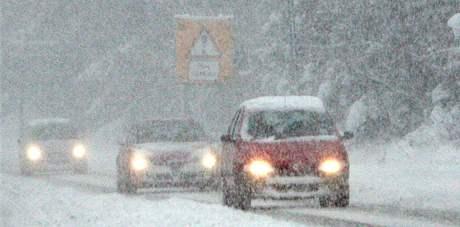 Sníh a mráz svírá už několik dní Velkou Británii. Na snímku silnice ve městě Stanley (27. listopadu)