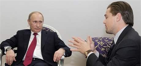 Ruský premiér Vladimír Putin při setkání s americkým hercem Leonardem DiCapriem v Petrohradě. (23. listopadu 2010)