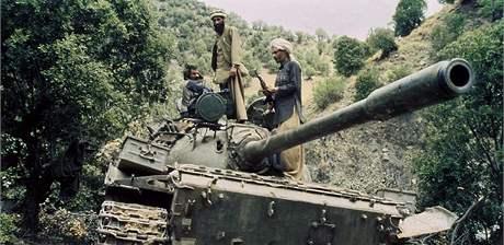 Afghánští mudžáhidové na snímku z roku 1987 poté, co zajali sovětský tank T-55.