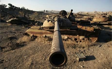 Rezavé sovětské tanky v afghánském Heratu. (25. listopadu 2010)