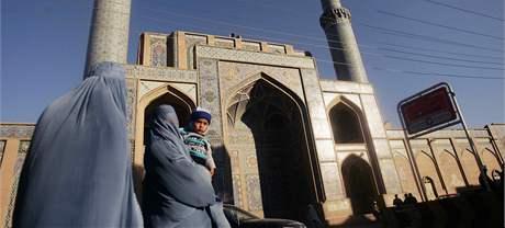 Zahalené afghánské ženy procházejí kolem Páteční mešity v Heratu.