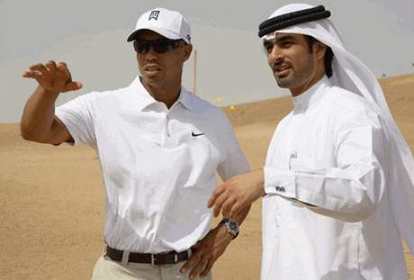 Tiger Woods si prohlíží pozemky pro plánovaný golfový resort v Dubaji.