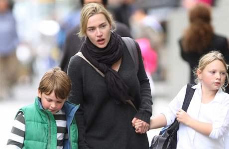 Kate Winsletová a její syn Joe a dcera Mia