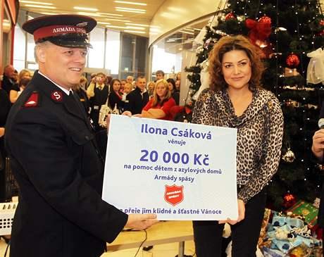 Ilona Csáková coby patronka Armády spásy darovala dětem z azylových domů šek