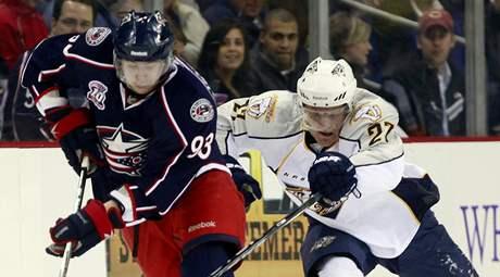 Jakuba Voráèka z Columbusu (vlevo) se snaží zastavit Patric Hornqvist z Nashvillu.
