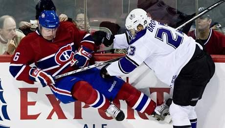 Bek Montrealu Jaroslav �paèek (vlevo) pad� po z�kroku Dustina Browna z Los Angeles.