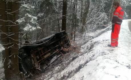 Na sněhu už bourala první auta. Na silnici mezi Špičákem a Hojsovou Stráží havaroval řidič dodávky. Auto se převrátilo na zasněžené silnici. Řidič vyvázl bez zranění.
