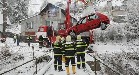 Dopravní nehoda na Vysočině - v pondělí ráno sjelo auto do potoka, nikdo nebyl zraněn.
