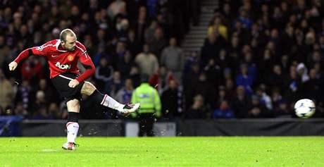 NO SL�VA! �to�n�k Wayne Rooney z Manchesteru United sk�ruje z penalty v utk�n� Ligy mistr� proti Glasgow Rangers.