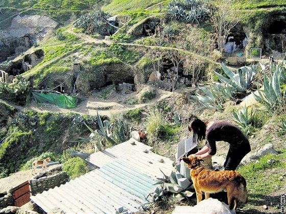 Jedinou oblast� ve �pan�lsku, kde se �ivot v jeskyn�ch bl�� star�m chud�m �as�m, je kopec Sacromonte v Granad�. Obyvatel� tamn�ch jeskyn� si s ni��m moc hlavu nel�mou. Jedna z nich, Polka Ivana, pr�v� ven�� sv�ho psa