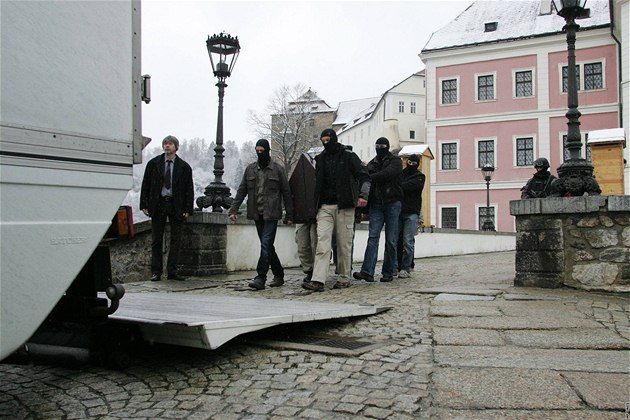 Relikviá� svatého Maura se st�hoval z Be�ova do Prahy za asistence jednotky Útvaru rychlého nasazené (URNA).