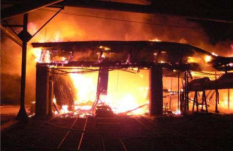 K požáru pily muselo jet devět hasičských jednotek.
