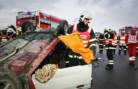 Simulace nehody autobusu a osobního automobilu v Českých Velenicích.