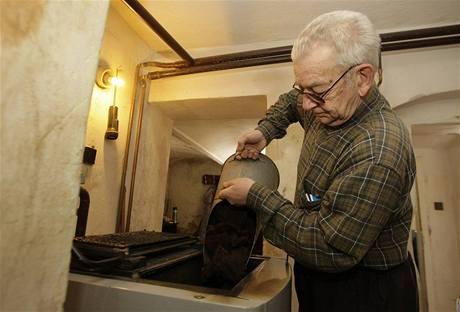 Otakar Stibor z Vísky na Liberecku odhaduje, že letos protopí o padesát metráků uhlí víc než jindy.